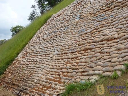 Proteção de talude com sacos de solo-cimento