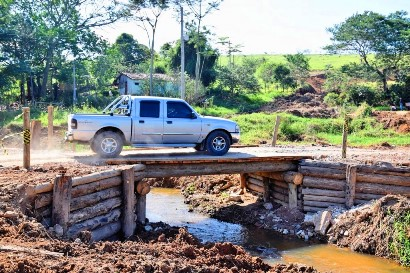 Ponte simples e seus encontros construídos com madeira tratada