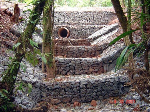 Escada d'água dissipadora de energia hidráulica e proteção contra a erosão construída em gabião