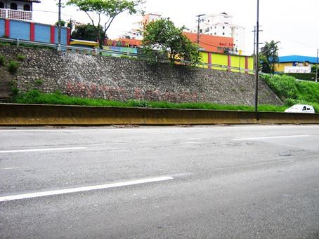 Pano de pedra (pedras rejuntadas com argamassa) protegendo talude de erosão e desagregação