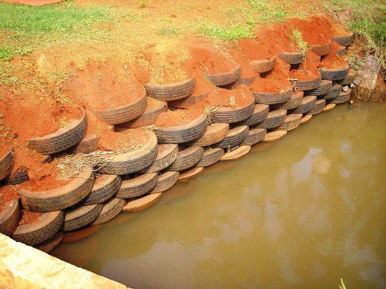 Proteção de margem com muro de pneus preenchidos com solo socado
