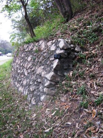 Pequeno muro de arrimo de pedras rejuntadas com argamassa