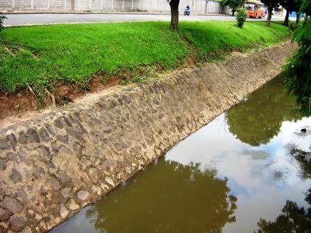 Pano de pedra protegendo margem de córrego